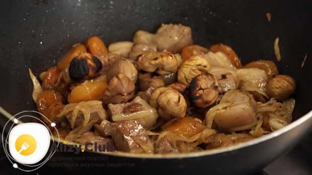 Когда мясо обжарилось, добавьте в сковороду подготовленные сухофрукты