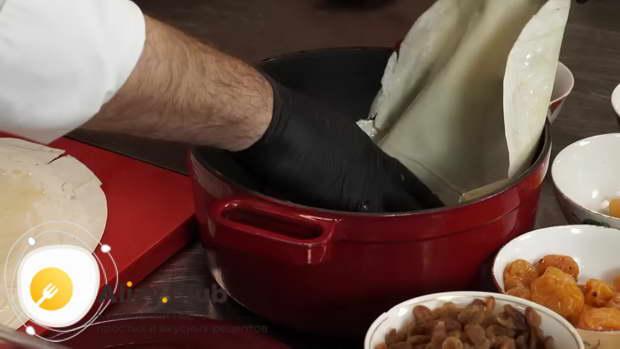 Тонкие лаваши при помощи кисточки обильно смажьте растопленным сливочным маслом
