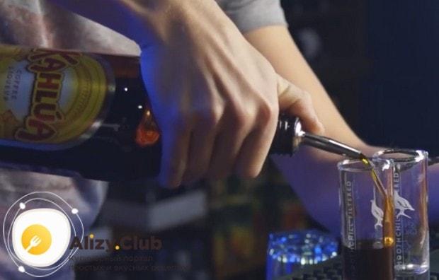 В состав коктейля Б 52 входит кофейный, сливочный и апельсиновый ликер.