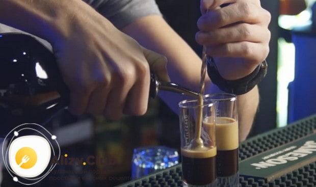 Налив первым слоев кофейный ликер, аккуратно, по ложке или ножу наливаем Бейлиз.