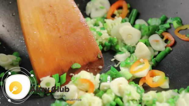Перец, имбирь, зеленый лук и чеснок обжариваем пару минут