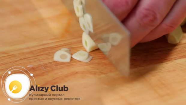 Головку чеснока очищаем и нарезаем тонкими кружочками
