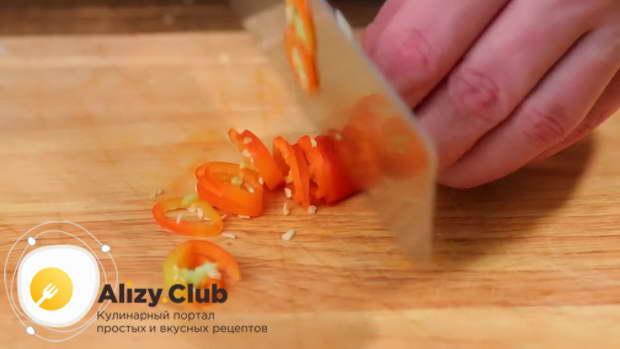 Острый перец нарезаем тоненькими колечками