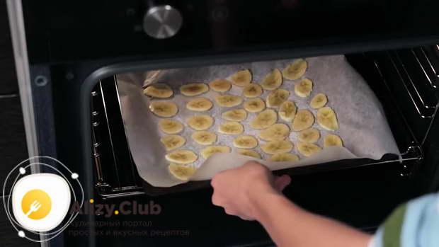 В разогретой до 150 градусов духовке запекаем банановые дольки 15 мин