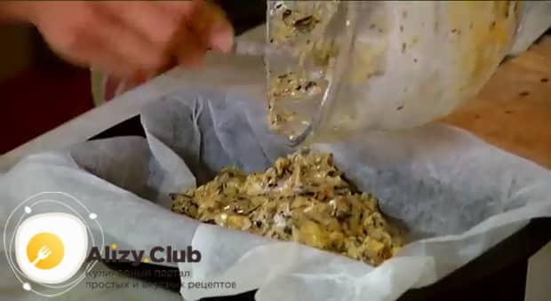 По рецепту, для приготовления бананового хлеба выложите ингредиенты в форму