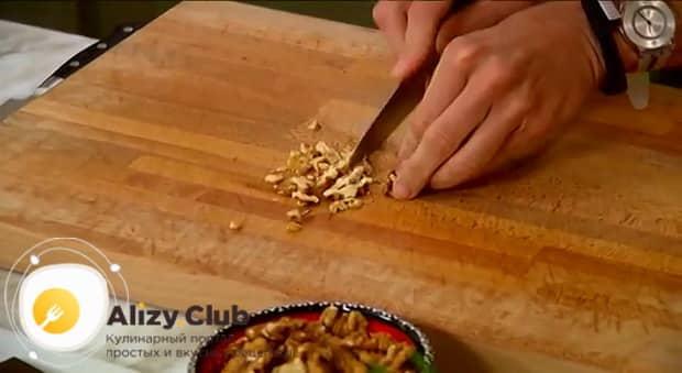 По рецепту, для приготовления бананового хлеба измельчите орехи.