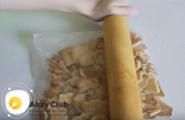 Готовить банановый торт без выпечки будем с печеньем.