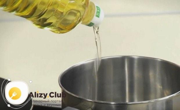 В сотейник наливаем растительное масло и даем ему хорошенько раскалиться.