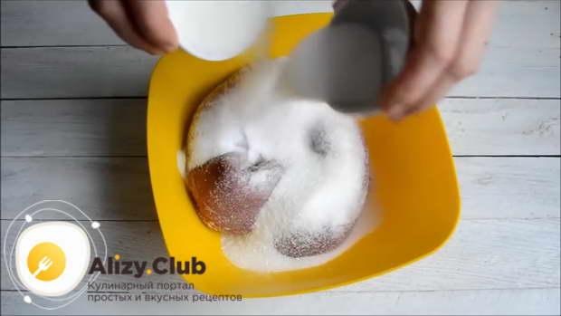 Переложите свинину в миску