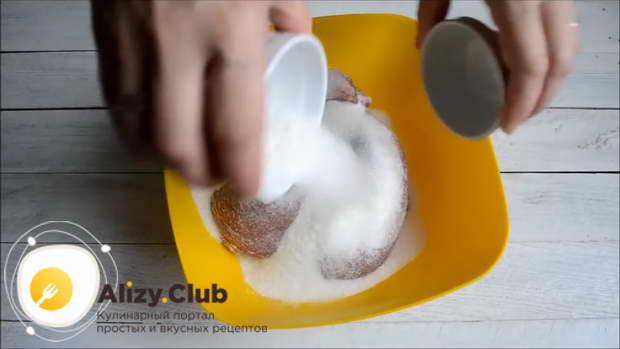 Добавьте 7 ст. л. сахара и перетрите вырезку