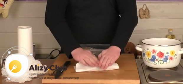 говядину вынимаю и подсушиваю бумажной салфеткой