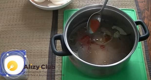 Для того чтоб засолить селедку в рассоле, добавьте томатный кетчуп