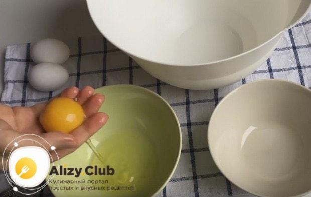 Чтобы приготовить безе по самому простому рецепту, надо очень осторожно отделить белки от желтков.