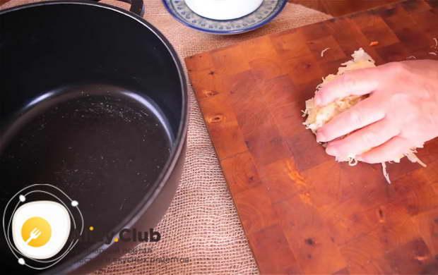 Для приготовления бигуса по польски нашинкуйте капусту