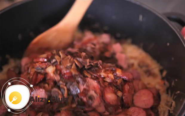Для приготовления бигуса по польски вливаем вино