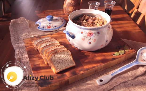 Для приготовления бигуса по польски перекладываем его в красивую посуду