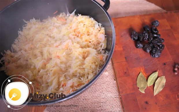 Для приготовления бигуса по польски перекладываем капусту в кастрюлю