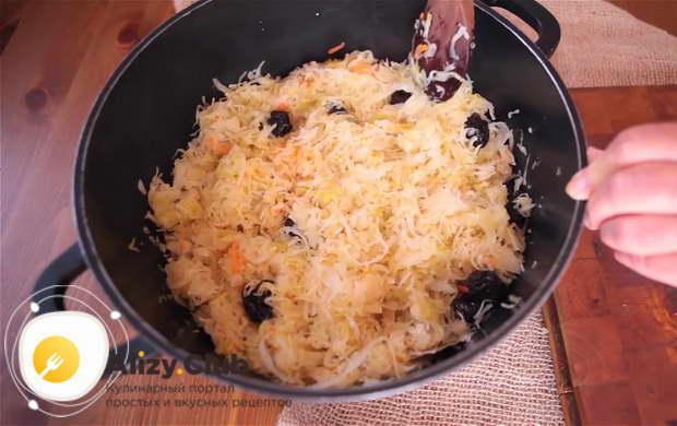 Для приготовления бигуса по польски добавляем лавровый лист