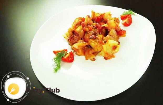 Для приготовления бигуса в мультиварке подаем его в красивой тарелке