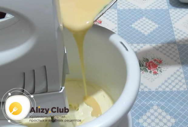 Ко взбитому сливочному маслу прибавляем 150 грамм сгущенного молока