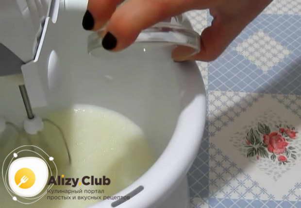 Добавляем к белкам 1 столовую ложку лимонного сока