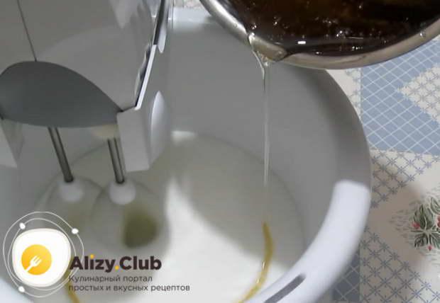 Выливаем тонкой струйкой готовый горячий сироп во взбитые белки
