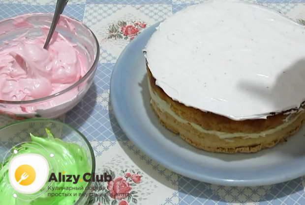 Смазываем верх торта и боковые стороны белковым кремом белого цвета