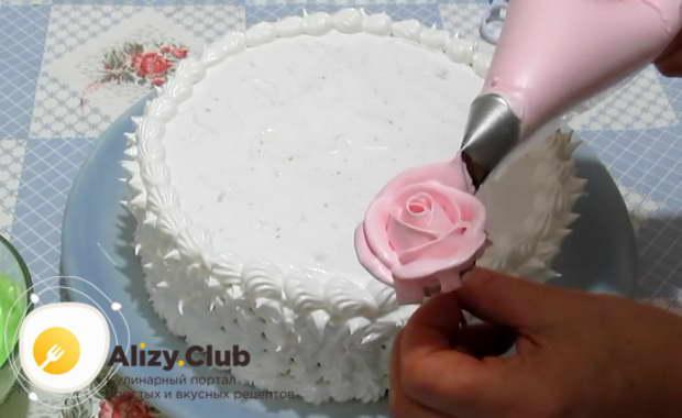 С помощью щелевой насадки из розового крема можно сделать очень красивые розы