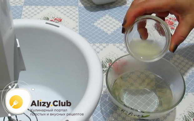 Доливаем в сироп 1 столовую ложку лимонного сока и перемешиваем сироп