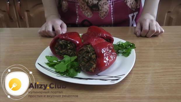 Готовые перцы выкладываем по порции на блюдо