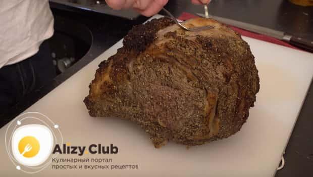 Вынимаем стейк из говядины из духовке, нарезаем