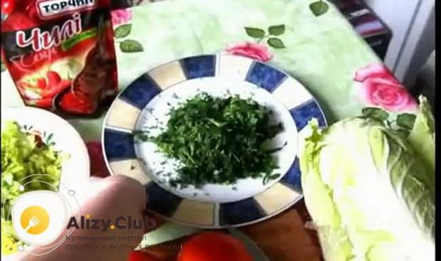Для приготовления боннского супа нарежьте зелень.