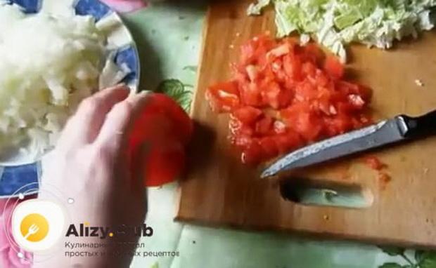 Для приготовления боннского супа нарежьте помидоры