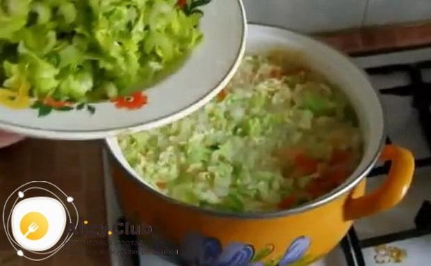 Для приготовления боннского супа соедините ингредиенты