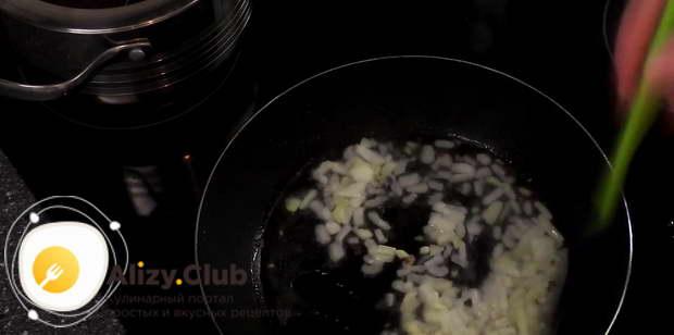 Влейте 30 грамм растительного масла в сковороду