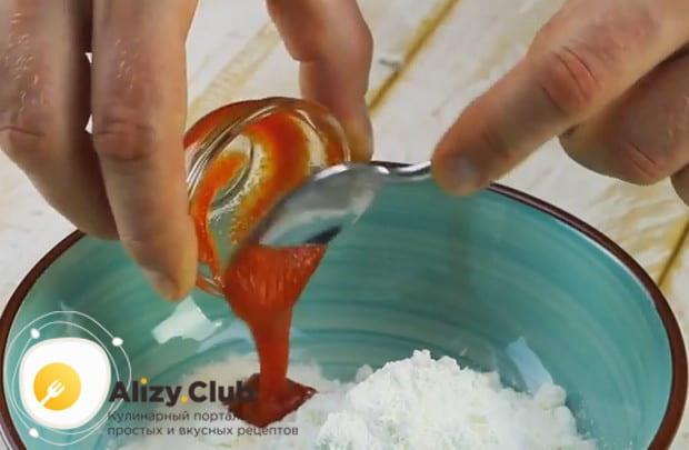 Чтобы кляр был пикантным, добавим в него немного соуса чили.