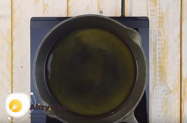 Нагреваем сковороду с растительным маслом.