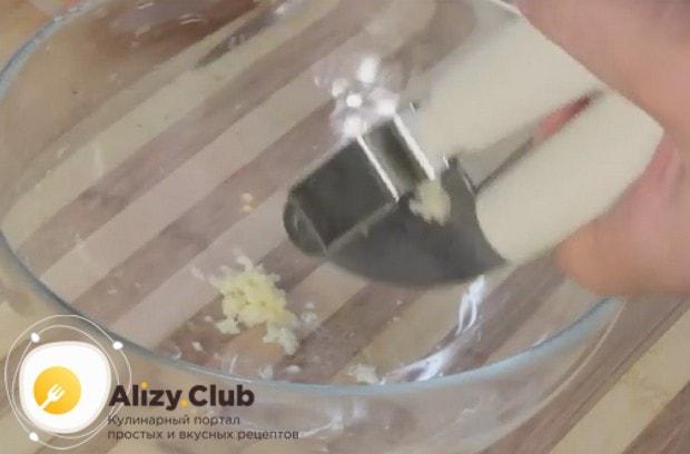 Чтобы блюдо было ароматным, в кляр добавим чеснок.