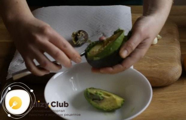 Вкусной получается также брускетта с авокадо.