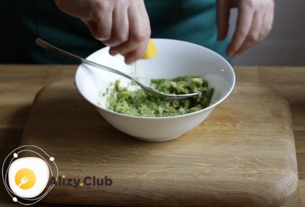 Разминаем мякоть авокадо вилкой, добавляем к ней лимонный сок, специи и перемешиваем.