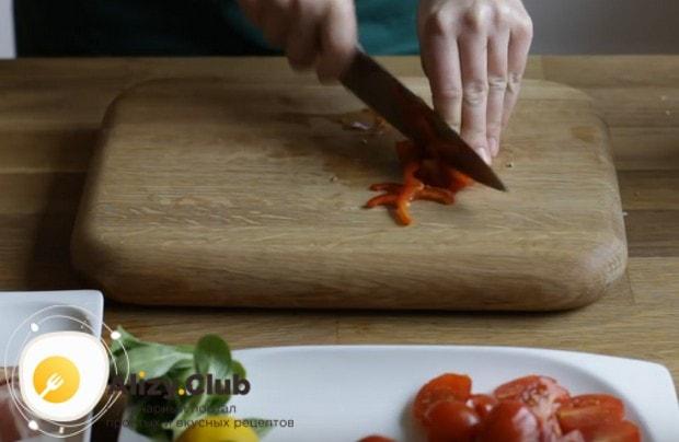 Для такого варианта нужны помидоры черри, лук и болгарский перец.