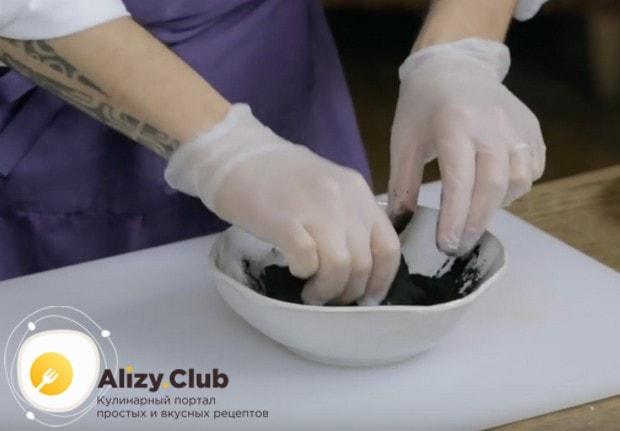 Кусок говяжьей вырезки обваливаем в овощном угле.