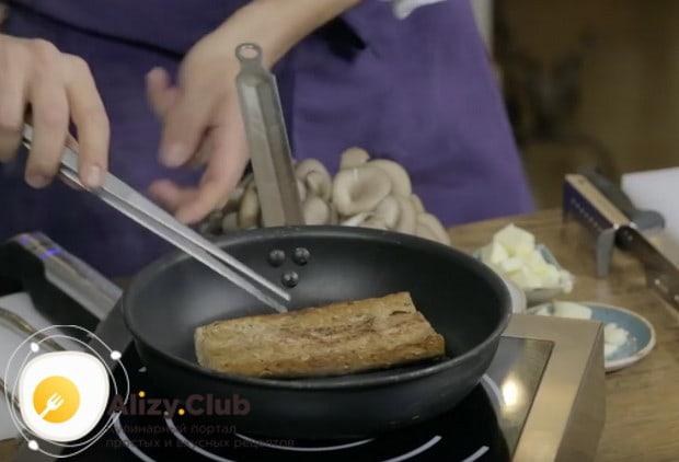 На масле, оставшемся от ростбифа, обжариваем длинный кусок багета.