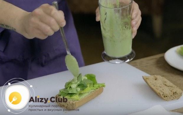 Выкладываем листья салата и снова немного поливаем соусом.