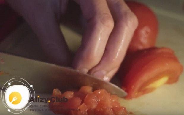 Нарезаем мелкими кубиками очищенный от кожуры помидор.