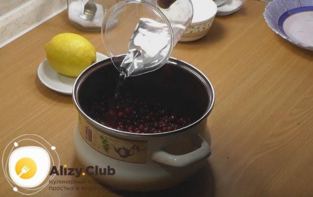 Заливаем ягоды водой.