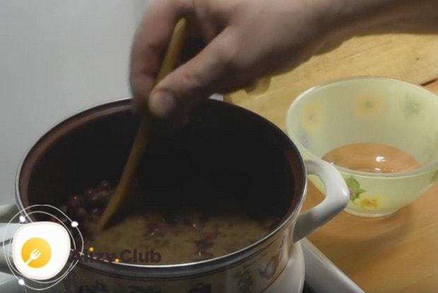 Ставим кастрюлю на плиту и, помешивая, доводим до кипения.