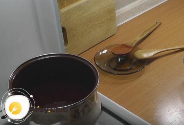 Снова провариваем массу, чтобы вино выпарилось.