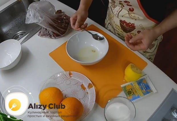 Выдавливаем сок из одного лимона.