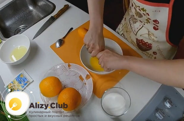 Из апельсинов тоже выдавливаем сок.